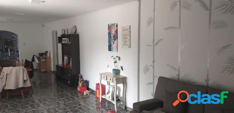Casa quinta con pileta zona 2 Alamos entre Mitre y Alberdi. A 300 mts de Mitre. Cuenta con casa de 3 dormitorios, 2 baños, galerías, lavandería living-comedor, cocina 10 años construida. 1000 2