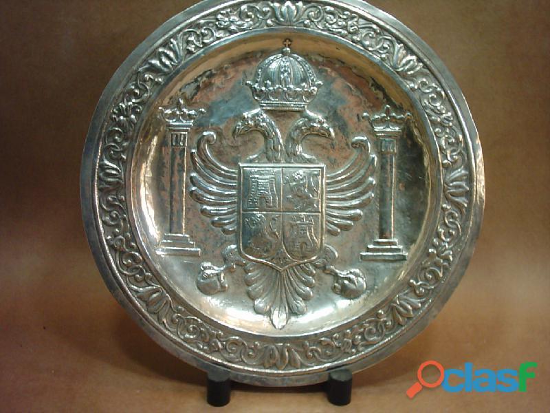 Plato de plata 916 repujada a mano. España. Escudo de Toledo. 0