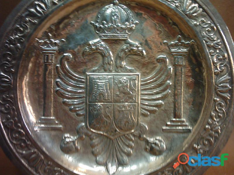 Plato de plata 916 repujada a mano. España. Escudo de Toledo. 1