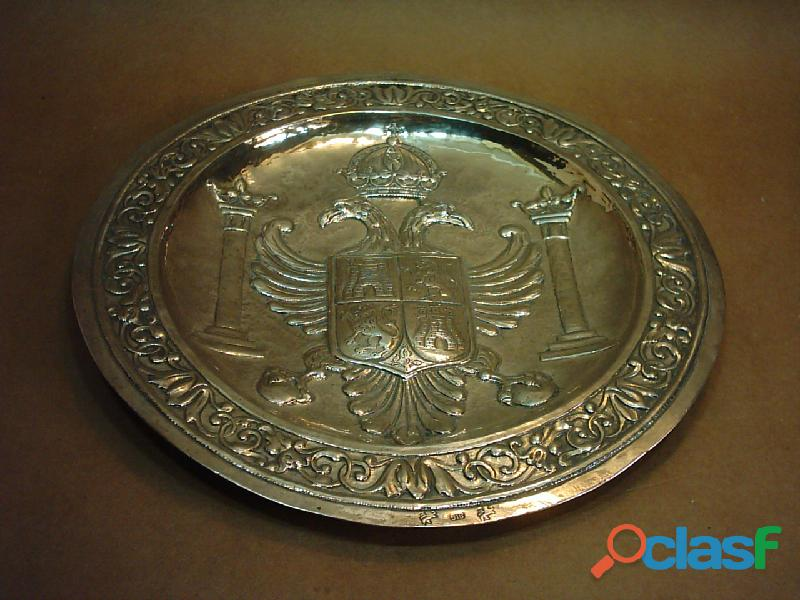 Plato de plata 916 repujada a mano. España. Escudo de Toledo. 2