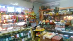 Granja y almacén, venta de fiambres, lácteos y bebidas.