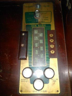 Antiguo radio y tocadiscos con mueble de madera
