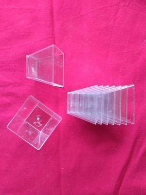 Recipientes pequeños de plástico trasparente