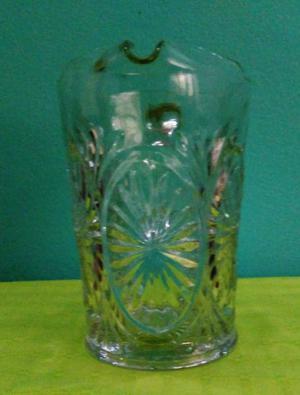 Jarra antigua de vidrio, sobre relieve y facetada. excelente