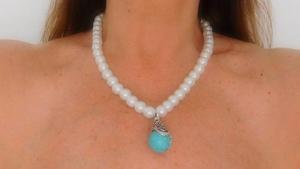 cebb89d9d4c6 Collar de perlas blancas con colgante turquesa