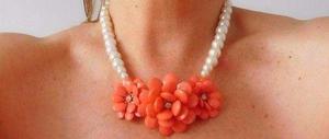 Collar de perlas con flores color coral