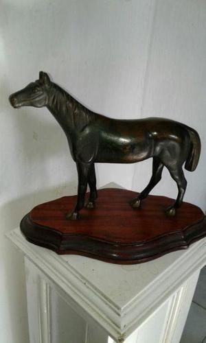 Escultura antigua de caballo en bronce
