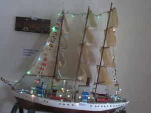 Barco de madera con velas cabina y luces de 1 mtr de alto