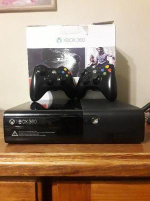 Xbox 360 super slim con 2 joysticks 4gb