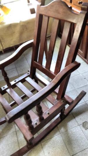 Antigua silla mecedora de algarrobo