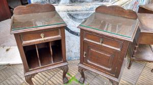 Antiguas mesas de luz estilo chipendal de roble macizo