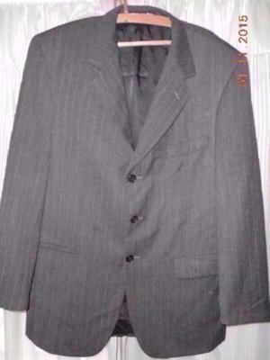 Traje de hombre gris oscuro rayitas marca johnson- talle 50
