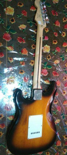 Guitarra fender squier strat bullet con funda, amplificador