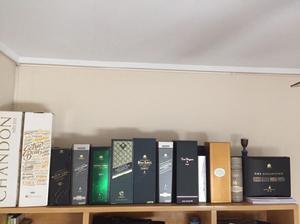 Cajas, algunas con botellas, de bebidas importadas.