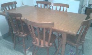 Juego de mesa y 6 sillas de madera masisa.