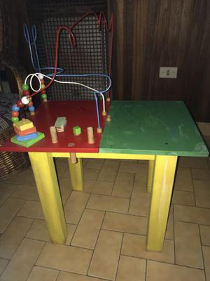 Mesa con pronos y otro juegos didácticos.