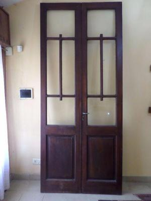 Puerta antigua madera con marco y celosia de hierro