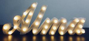 Letras, nombres polifan con luces a pila mesa de golosinas