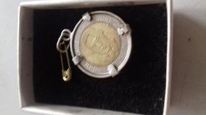 Moneda engarzada en plata del 2001 con cadena 950