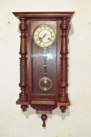 Reloj antiguo de pared a péndulo