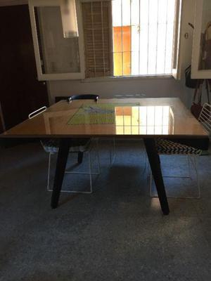 Mesa cuadrada con sillas de hierro