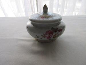 Antigua y fina caramelera- bombonera- adorno de porcelana