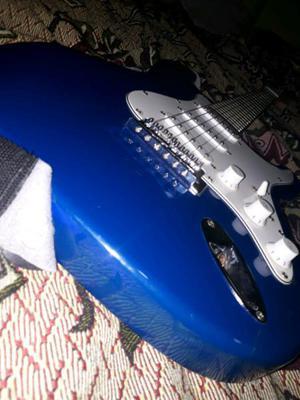 Combo: guitarra eléctrica con accesorios.