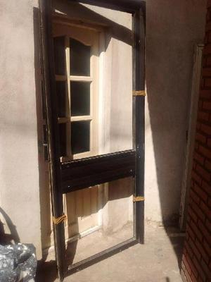 Hoy puerta grande y marco..aluminio.muy buena