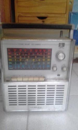 Radio y máquina de escribir.