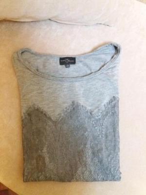 Remera gris con detalles de bordados adelante y atrás