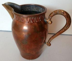 Antigua jarra o anfora de cobre y pico de bronce