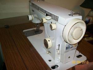 Máquina de coser portátil eléctrica marca vigorelli. con
