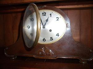 Reloj antiguo de sobremesa, de origen alemán
