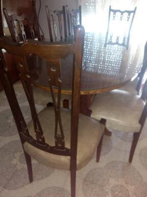 Mesa y sillas antiguas