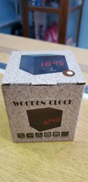 Reloj despertador moderno - digital tipo cubo de madera