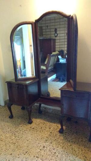 Antiguo mueble con espejo