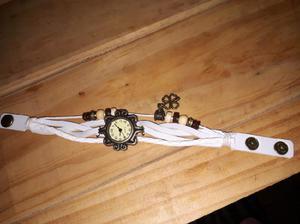 Reloj pulsera blanco con dije trébol
