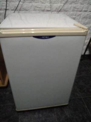 Heladera bajo mesada lacar con congelador de 160 litros con