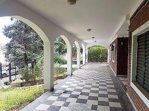 4 dormitorios - casa con pileta en exc. entorno residencial.