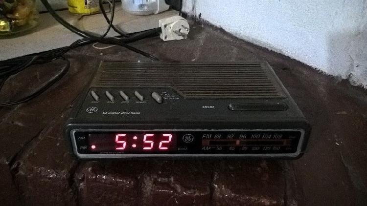 Radio reloj despertador usado