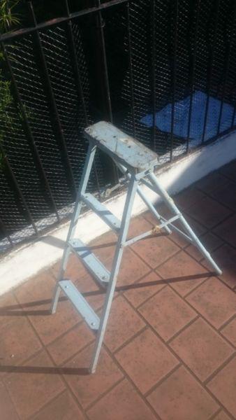Escalerita plegable de madera y metal