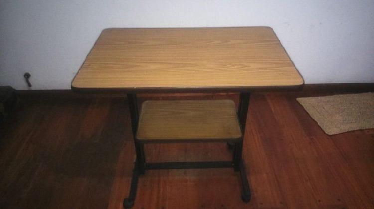 Mesa para tv de caño negro y formica con rueditas
