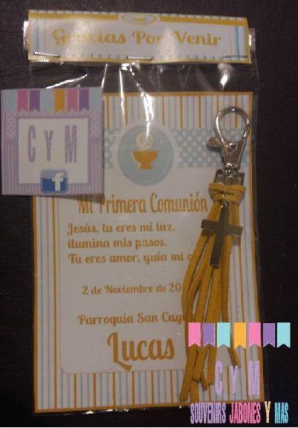 Llavero/ pulsera con dijes y tarjeta invitacion