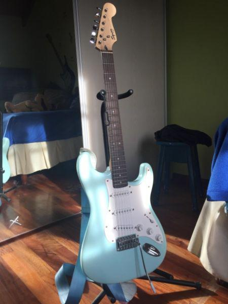 Guitarra squier by fender stratocaster importada,con