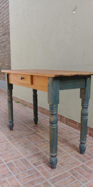 Mesa rústica con patas patinadas