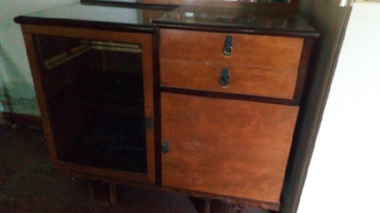 Mueble aparador antiguo con cristalero