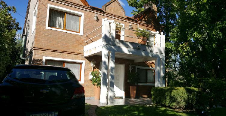 Dueño vende casa en barrio cerrado.