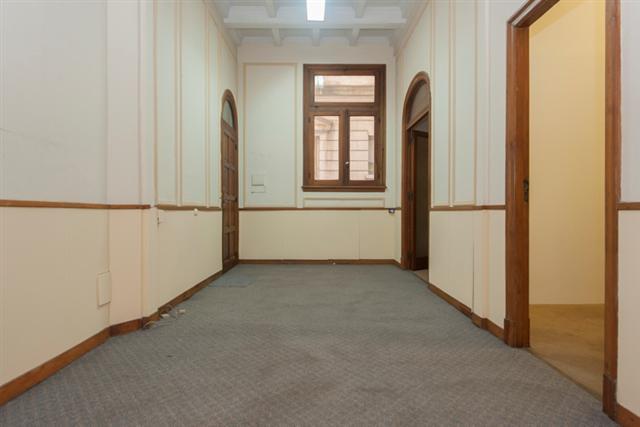 Oficina en edificio antiguo con seguridad.
