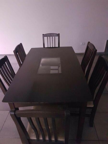 Vendo mesa color wengue con 6 sillas y rack color wengue