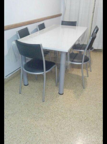 Mesa y sillas excelente estado